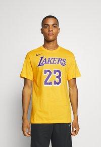 Nike Performance - NBA LOS ANGELES LAKERS LEBRON JAMES NAME AND NUMBER TEE - Klubbkläder - amarillo - 0