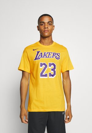 NBA LOS ANGELES LAKERS LEBRON JAMES NAME AND NUMBER TEE - Klubové oblečení - amarillo