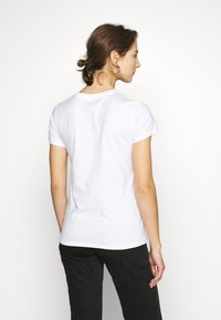 Levi's® - THE PERFECT TEE - Camiseta estampada - gold - 2