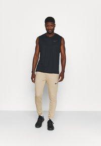 Nike Performance - PANT TAPER - Pantaloni sportivi - khaki/black - 1