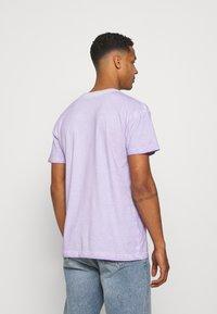Mennace - ON THE RUN TAB REGULAR - T-shirt med print - lilac - 2