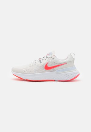 REACT MILER - Neutral running shoes - platinum tint/bright crimson