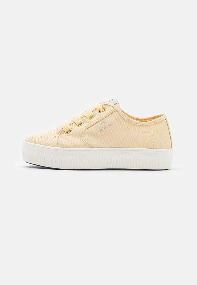 LEISHA  - Sneakersy niskie - light yellow