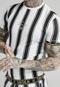 SIKSILK - STRIPE TEE - T-shirt con stampa - black/white