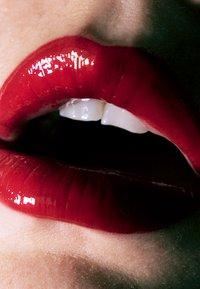 LH cosmetics - LATEX FEVER - HIGH SHINE MULTI-USE LIQUID LIPSTICK - Liquid lipstick - dark red - 1