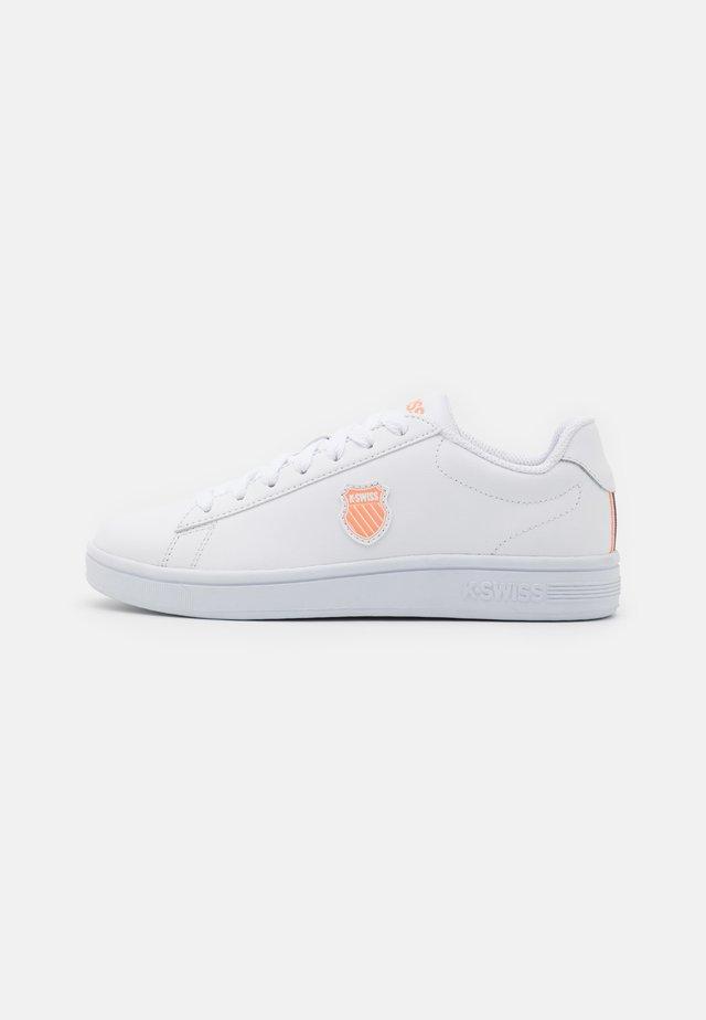 COURT SHIELD - Matalavartiset tennarit - white/peach nectar/gray stone