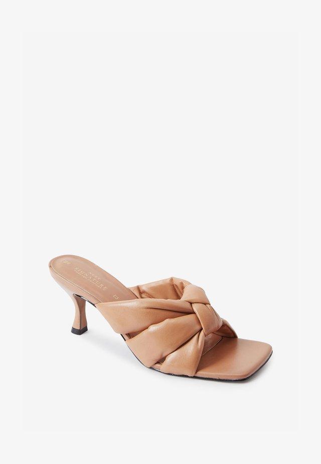 Pantofle na podpatku - light brown