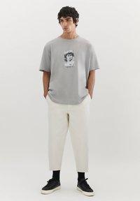 PULL&BEAR - MIT MICHELANGELO-WERK - Print T-shirt - mottled grey - 1