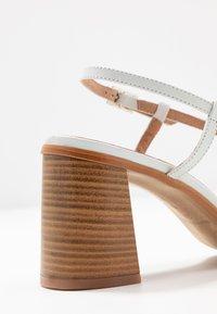 L'INTERVALLE - PASION - Sandály s odděleným palcem - blanco star - 2