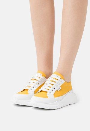 Tenisky - white/yellow