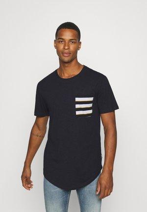 ONSVANE LIFE LONGY POCKET TEE - T-shirt med print - dark navy