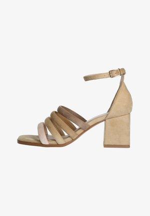 MIT FARBIGEN RIEMCHEN - Sandals - beige