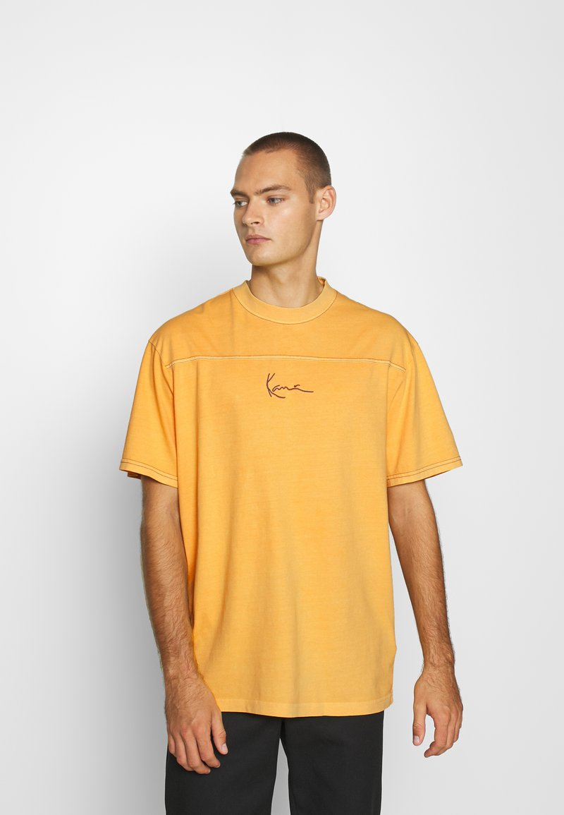 Karl Kani - SMALL SIGNATURE WASHED TEE UNISEX  - Triko spotiskem - yellow