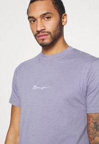 Mennace - UNISEX ESSENTIAL SIGNATURE - Basic T-shirt - murky violet - 4