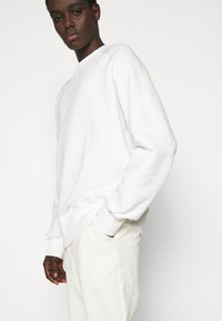 oftt - HEAVYWEIGHT RAGLAN - Sweatshirt - off-white - 3