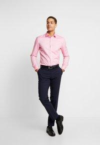 OLYMP - OLYMP NO.6 SUPER SLIM FIT  - Formální košile - rose - 1