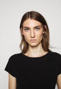CLOSED - WOMEN´S - Basic T-shirt - black - 3
