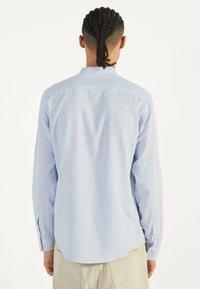 Bershka - MIT MAOKRAGEN 00913019 - Shirt - light blue - 2
