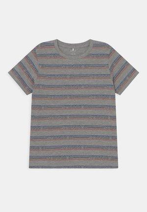 NKMNEMER - Print T-shirt - grey melange