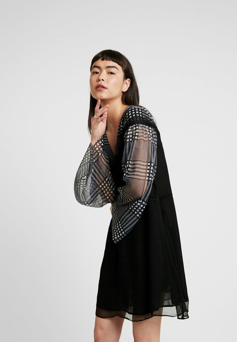 Stevie May - DO NO WRONG MINI DRESS - Denní šaty - black