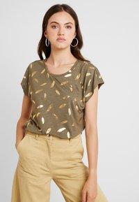 ONLY - ONLFEATHER - Print T-shirt - kalamata/gold - 0