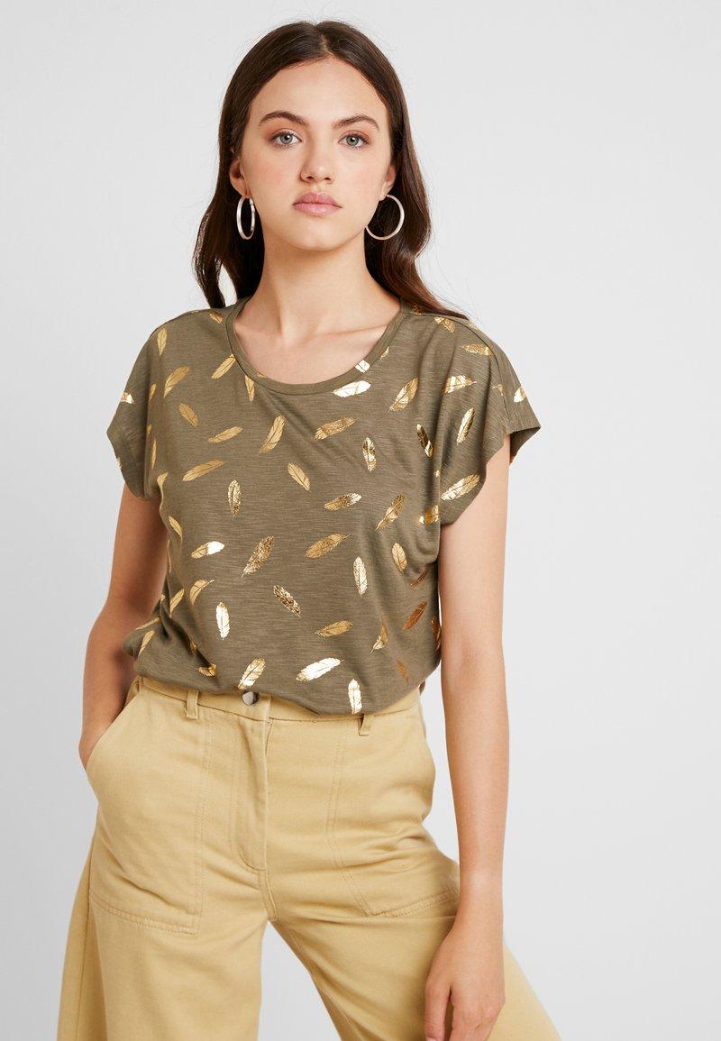 ONLY - ONLFEATHER - Print T-shirt - kalamata/gold