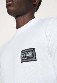 Versace Jeans Couture - MARK  - T-shirt imprimé - white - 4
