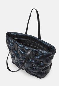 KARL LAGERFELD - IKONIK 3D MULTI PIN TOTE - Tote bag - black - 3