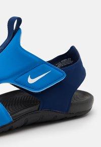Nike Performance - SUNRAY PROTECT 2 UNISEX - Chanclas de baño - signal blue/white/blue void/black - 5