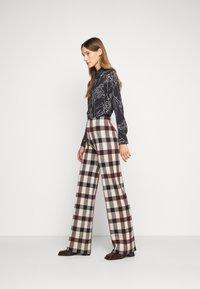 Victoria Victoria Beckham - STRAIGHT TROUSER - Spodnie materiałowe - multi - 3