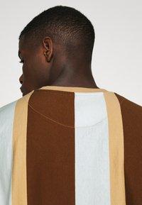 Karl Kani - SIGNATURE STRIPE TEE - Print T-shirt - beige - 4
