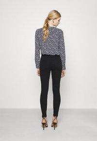 Vero Moda - VMHONNISEVEN PUSH UP - Jeans Skinny Fit - black - 2