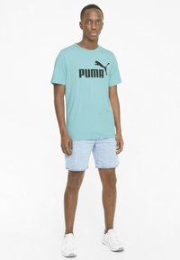 Puma - ESSENTIALS LOGO MAND - Print T-shirt - blue - 1
