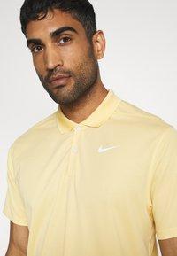 Nike Golf - DRY VICTORY SOLID - Funkční triko - celestial gold/white - 4