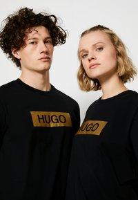 HUGO - DIRAGOLINO METALLIC UNISEX - Printtipaita - black/gold - 4