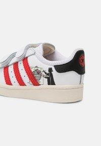 adidas Originals - SUPERSTAR UNISEX - Sneakers - white/scarlet/chalk white - 6