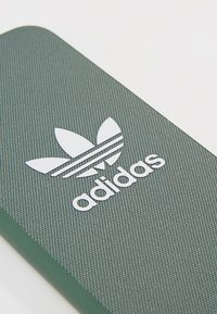 adidas Originals - MOULDED CASE CANVAS  IPHONE 6/6S/7/8 - Etui na telefon - trace green/white - 2