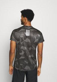 adidas Performance - RESPONSE PRIMEGREEN RUNNING SHORT SLEEVE TEE - Print T-shirt - grefou/grefiv/gresix - 2