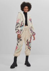 Bershka - MIT PRINT  - Fleece jacket - stone