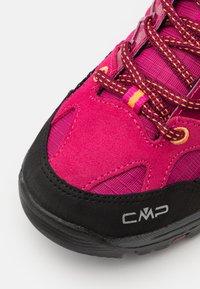CMP - KIDS RIGEL LOW SHOE WP UNISEX - Hiking shoes - bouganville/goji - 5