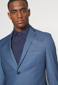Isaac Dewhirst - THE FASHION SUIT NOTCH - Puku - blue - 6