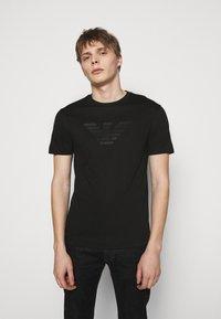 Emporio Armani - T-shirt z nadrukiem - black - 0