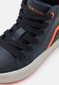 Geox - ALONISSO BOY - Sneakersy wysokie - navy/orange - 5