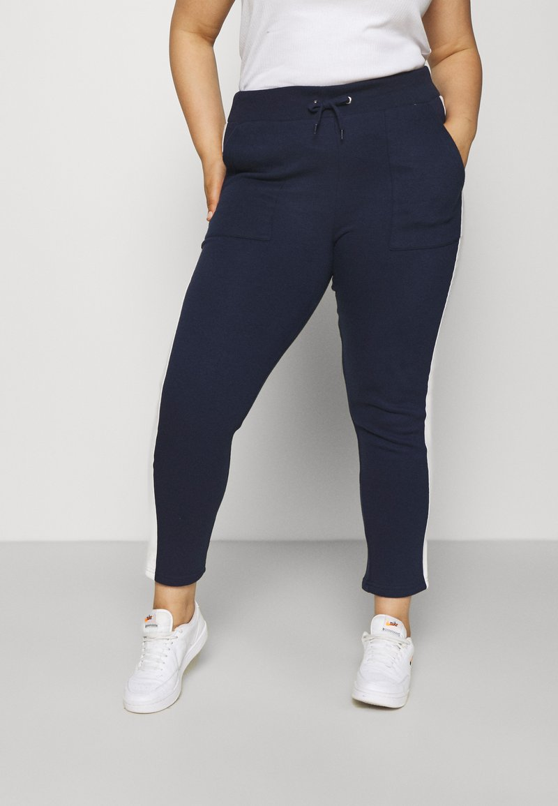 CAPSULE by Simply Be - SIDE STRIPE  - Tracksuit bottoms - navy/ivory