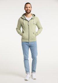 Schmuddelwedda - Zip-up sweatshirt - pastelloliv melange - 1