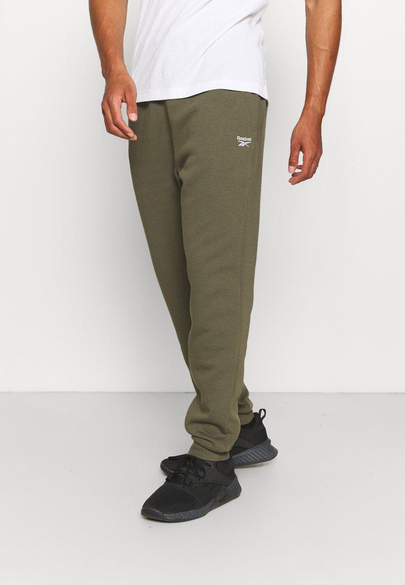 Reebok - IDENTITY - Pantalones deportivos - army green