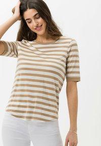 BRAX - STYLE COLETTE - Print T-shirt - sand - 0