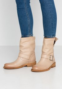 Felmini - GREDO - Cowboy/biker ankle boot - light tapioca - 0