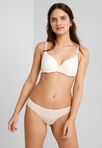Chantelle - PYRAMIDE MEMORY FORM SCHALE - Underwired bra - champagner - 1