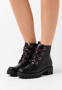 Tamaris - BOOTS - Kotníkové boty na platformě - black/anthracite - 0